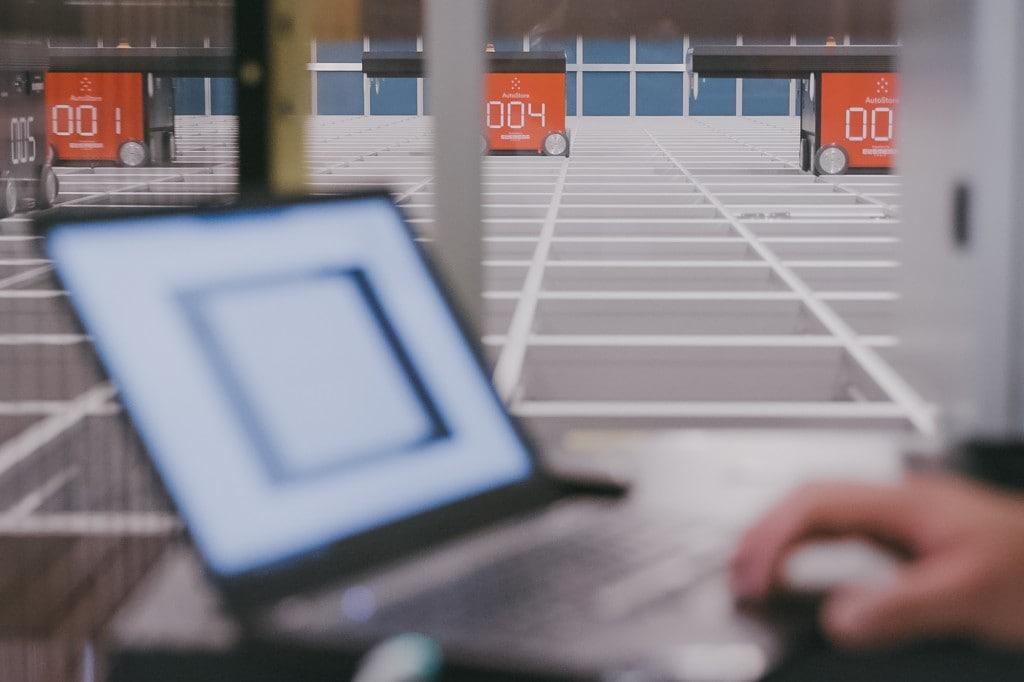 Eine Nahaufnahme eines Laptops mit der eManager-Software, die das AutoStore-System und die Roboter steuert und optimiert.
