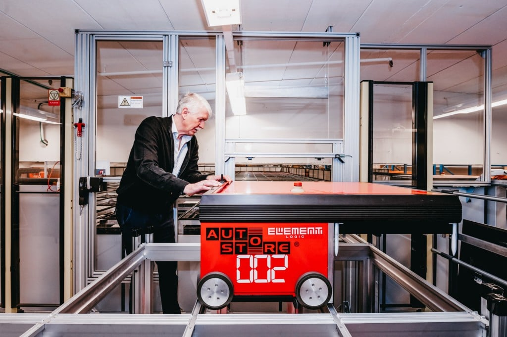 Jan Kleven arbeitet auf der Service Bühne an einem AutoStore Roboter.