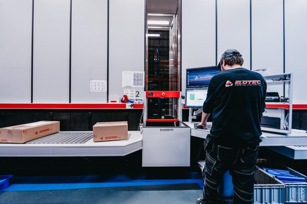 Een werknemer verwerkt de bestellingen van AutoStore.