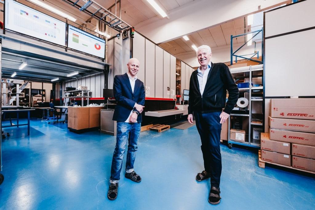 Roger Furnes en Jan Kleven staan in het magazijn van Elotec.